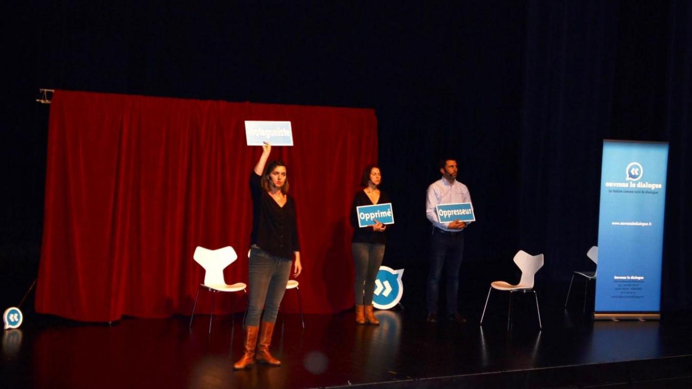 Les comédiens de la compagnie Osons le dialogue ont interprété plusieurs saynètes.