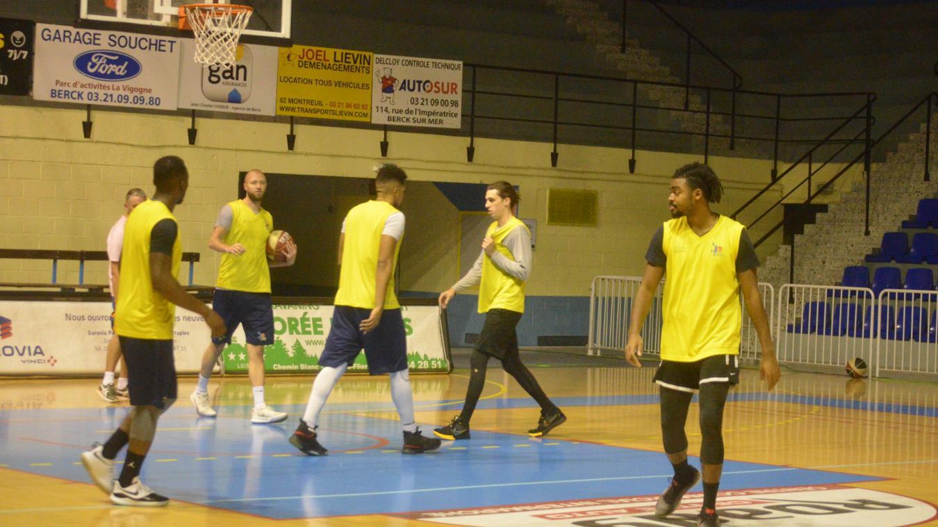 Alou Traoré (à droite) et Grégory Faulkner (deuxième en partant de la droite) assimilent les systèmes avant leur premier match sous les couleurs de l'ABBR.