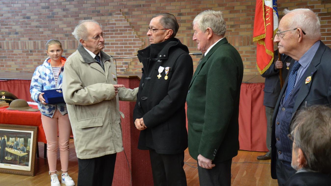 Yvon Dezèque a remis la Croix du combattant à Victor Lemaitre et Serge Macken, également décoré de la médaille commémorative d'Algérie.