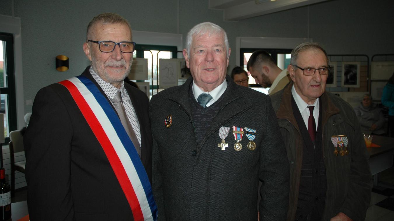 Guy Bocquet médaillé par Denis Joly, le maire.