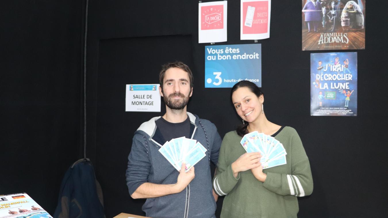 Amaury Gernez et Grimonie Bernardeau ont le sourire : 40 places ont été récoltées dans le cadre  de l'opération Billets suspendus.