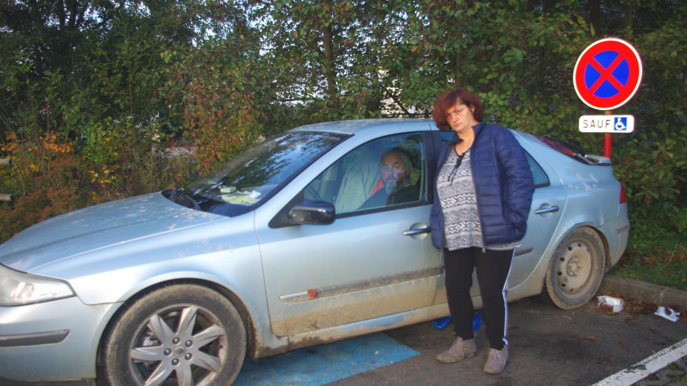 Leur voiture est garée sur le parking de la salle Jean-Pomart, stationnement qu'il quitte de temps à autre.