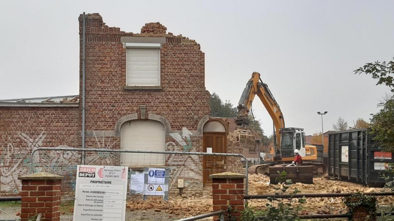 Les engins de chantier grignotent le presbytère pour le faire disparaître avant la construction d'un bâtiment multi-activités.