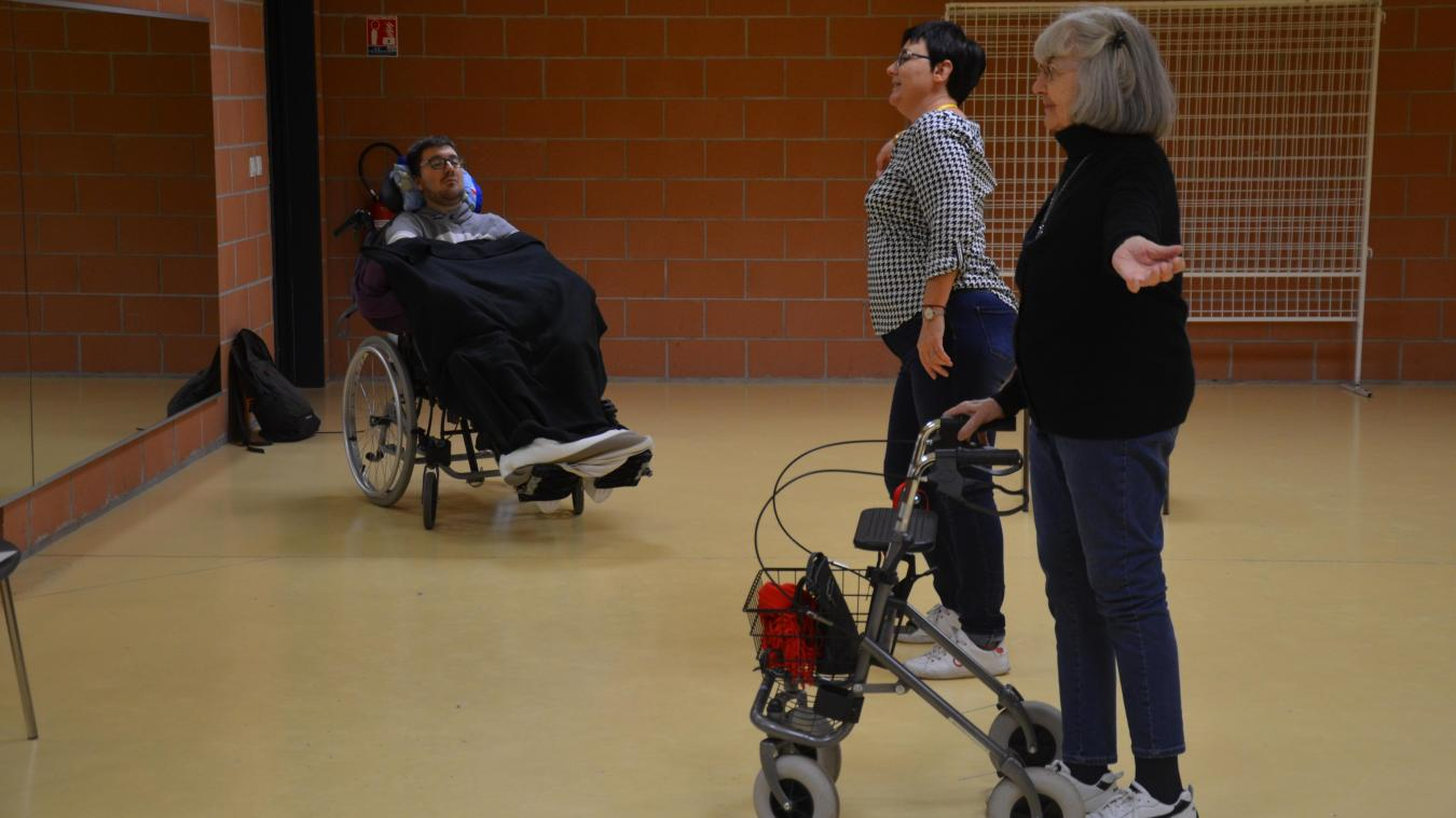 Rébecca dispense ses conseils à Françoise et Romain, deux de ses danseurs.