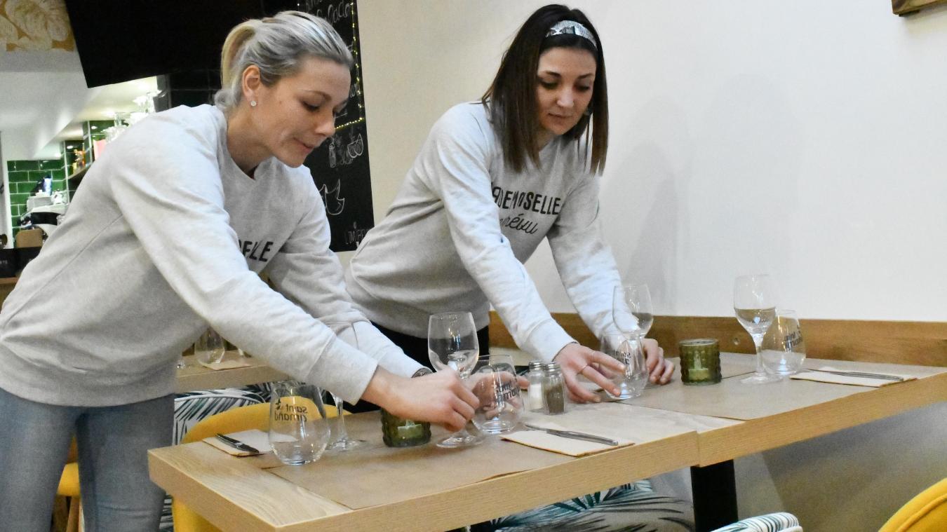 Aurélie (à gauche) et Noémie portent un sweat où l'on peut lire « Mademoiselle de L'Imprévu ».