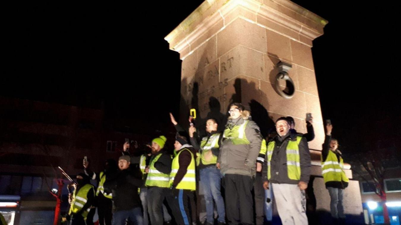 Les gilets jaunes ont crié, chanté, dansé autour de la statue Jean-Bart.