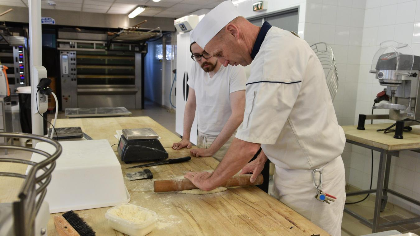Un formateur montre la technique aux apprentis inscrits en formation boulangerie-pâtisserie.