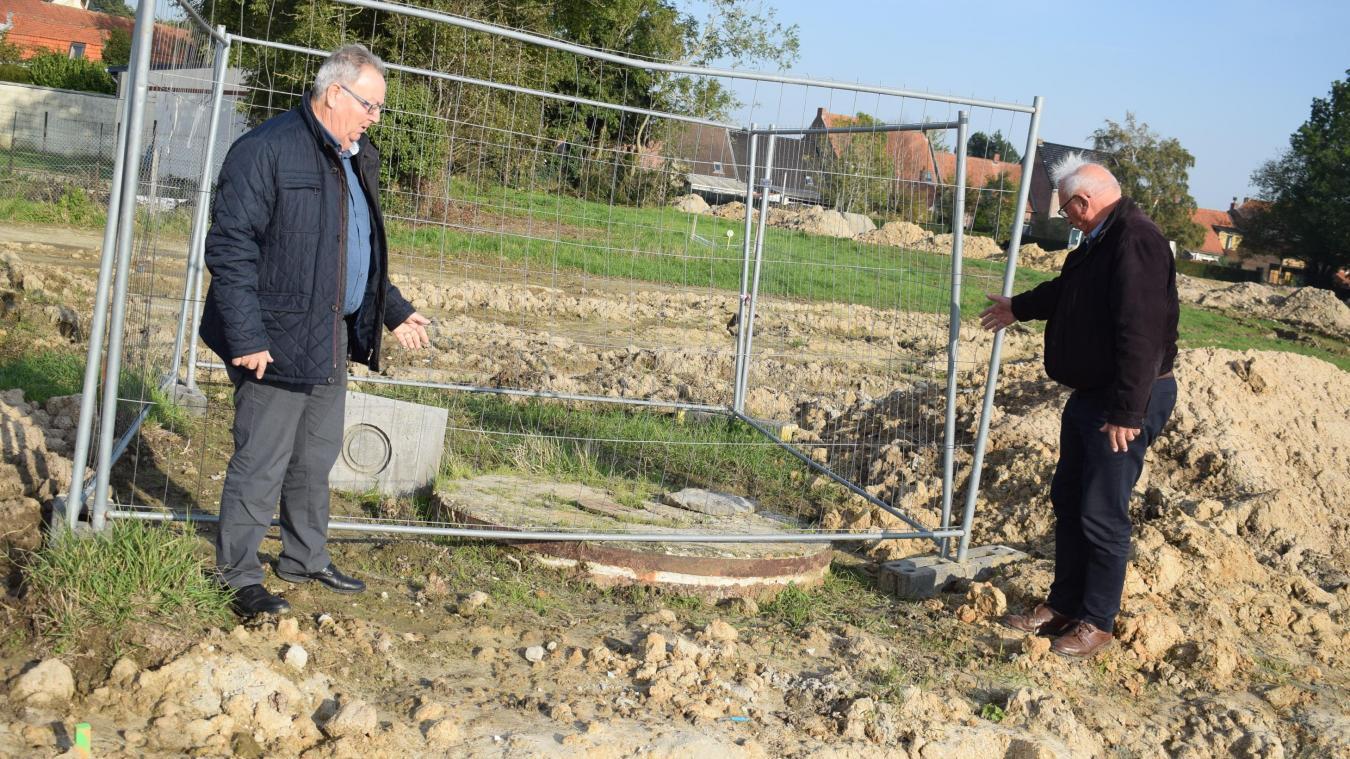Le puits est situé en bordure de voirie, dans le lotissement qui sort de terre derrière la mairie. Un emplacement pratique pour son utilisation.