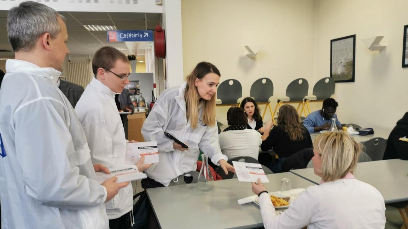Vendredi dernier, les personnels de la préfecture et de la sous-préfecture informent les étudiants de la faculté Saint-Louis, au restaurant universitaire.