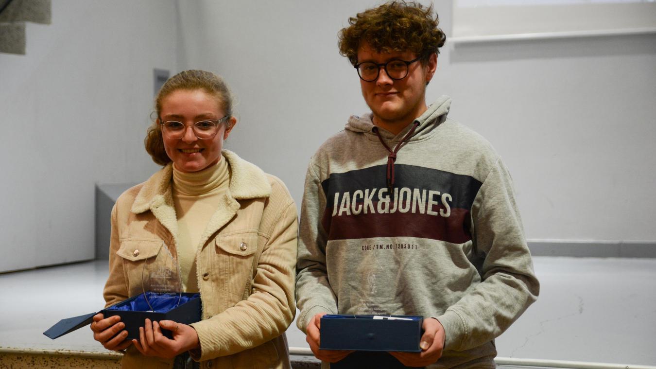 Agathe Denisselle et Louis Molin ont tous deux reçu un trophée par la municipalité.