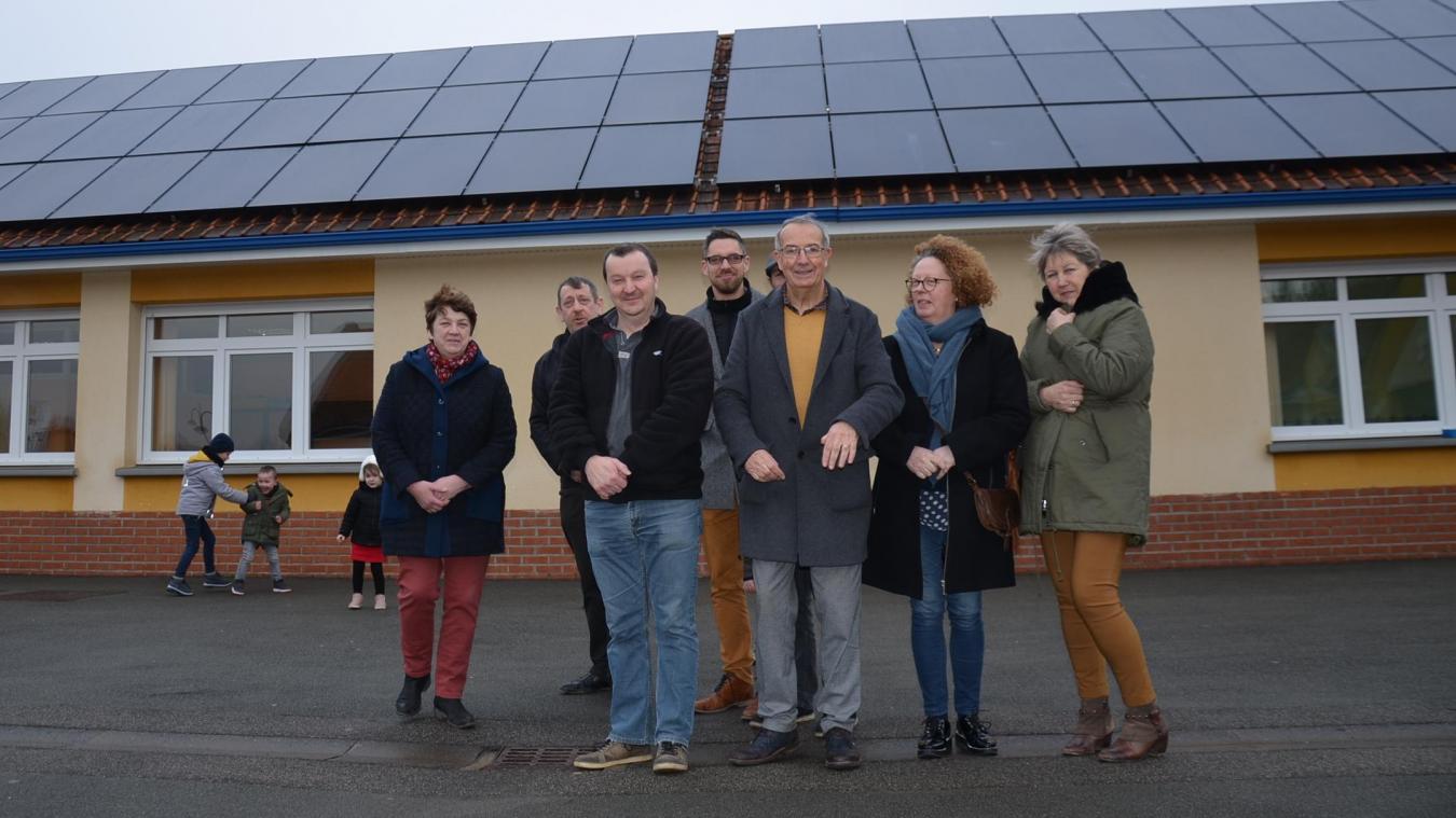 Les panneaux photovoltaïques installés sur le toit de l'école sont en service.