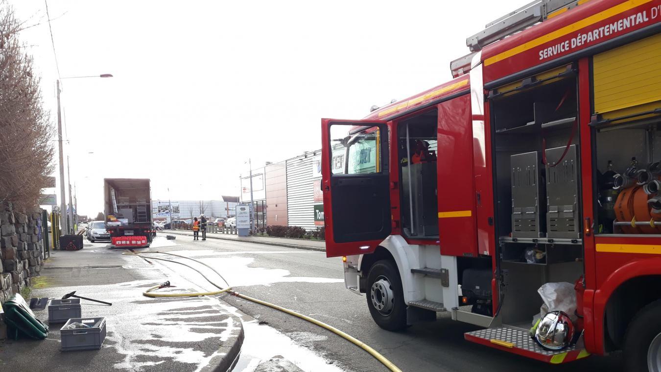 Les pompiers d'Hazebrouck ont vidé le bidon d'acide percé dans d'autres contenants pour nettoyer le camion et la chaussée. L'acide nitrique étant très toxique.