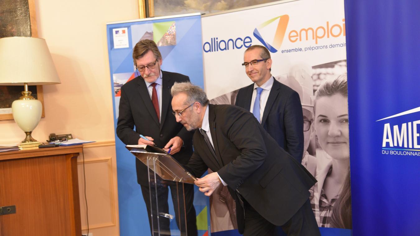 La charte pour l'inclusion et l'insertion professionnelle a été signée par le président de l'Amie du Boulonnais, Jean-Charles Lefebvre (à gauche), et le directeur général d'Alliance Emploi, Karim Khetib.
