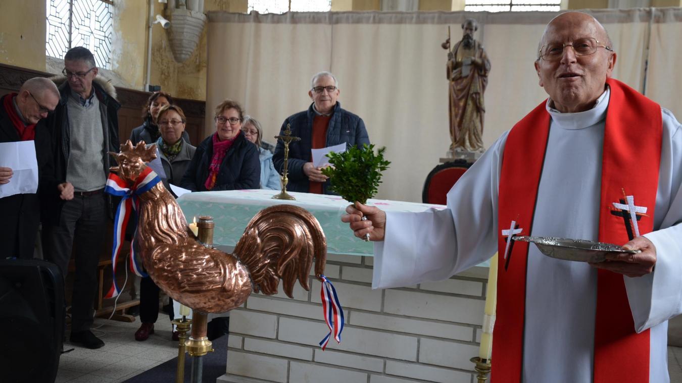L'abbé Molin a béni le nouveau coq de l'église Saint-Jacques, au hameau de Cuhem.