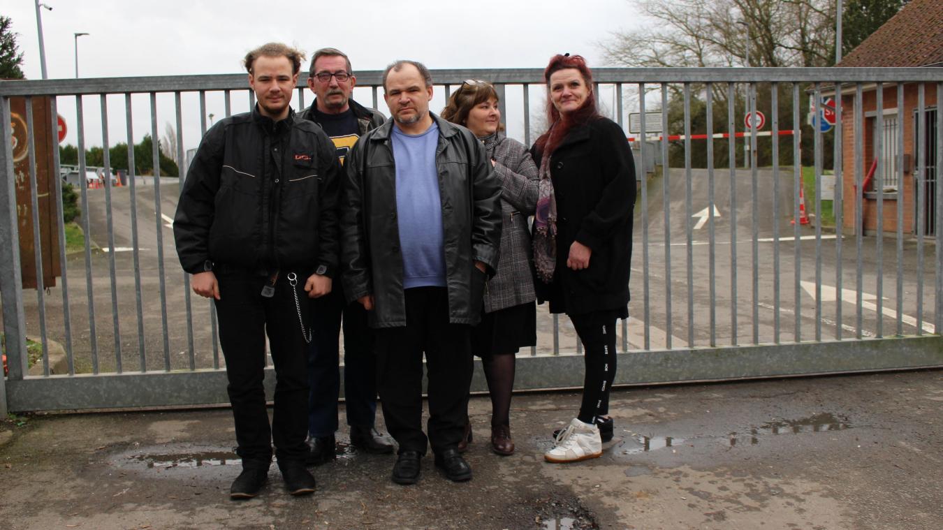 Certains des membres de l'association, devant la déchetterie de Bruay-la-Buissière.