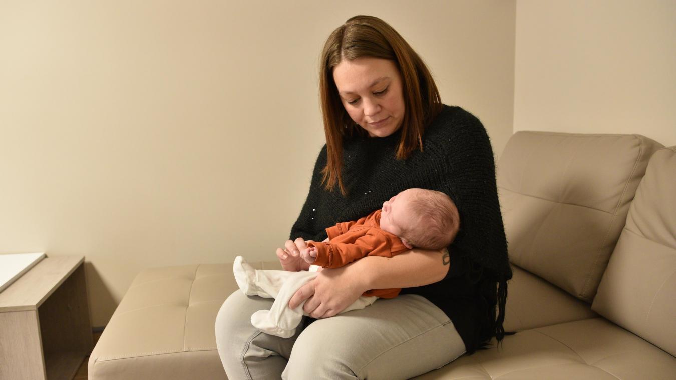 Priscilla profite de la salle de détente avec sa fille.