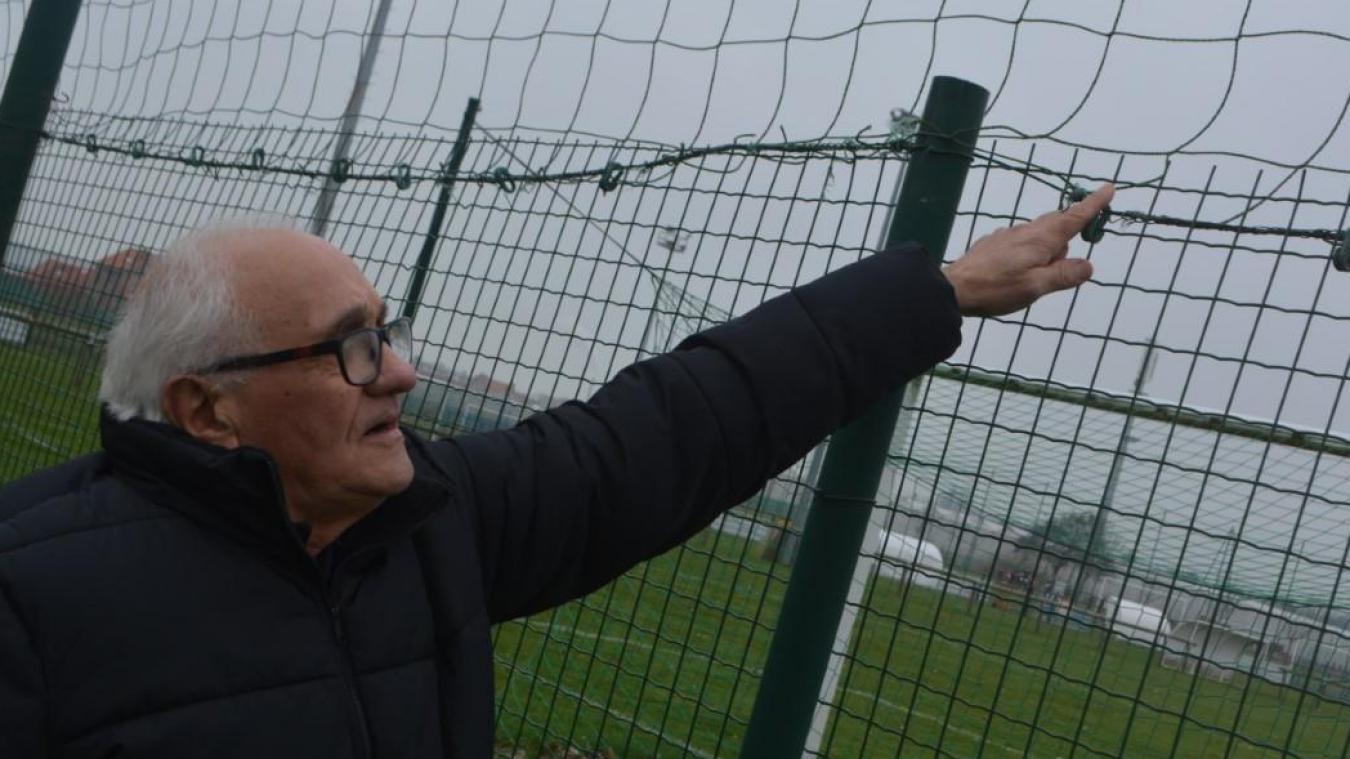 Paul Buils, le président du FC Rosendaël, désigne le grillage monté à l'envers, avec les pics vers le haut, ce qui a eu pour conséquence une vingtaine de ballons crevés depuis le début de la saison.