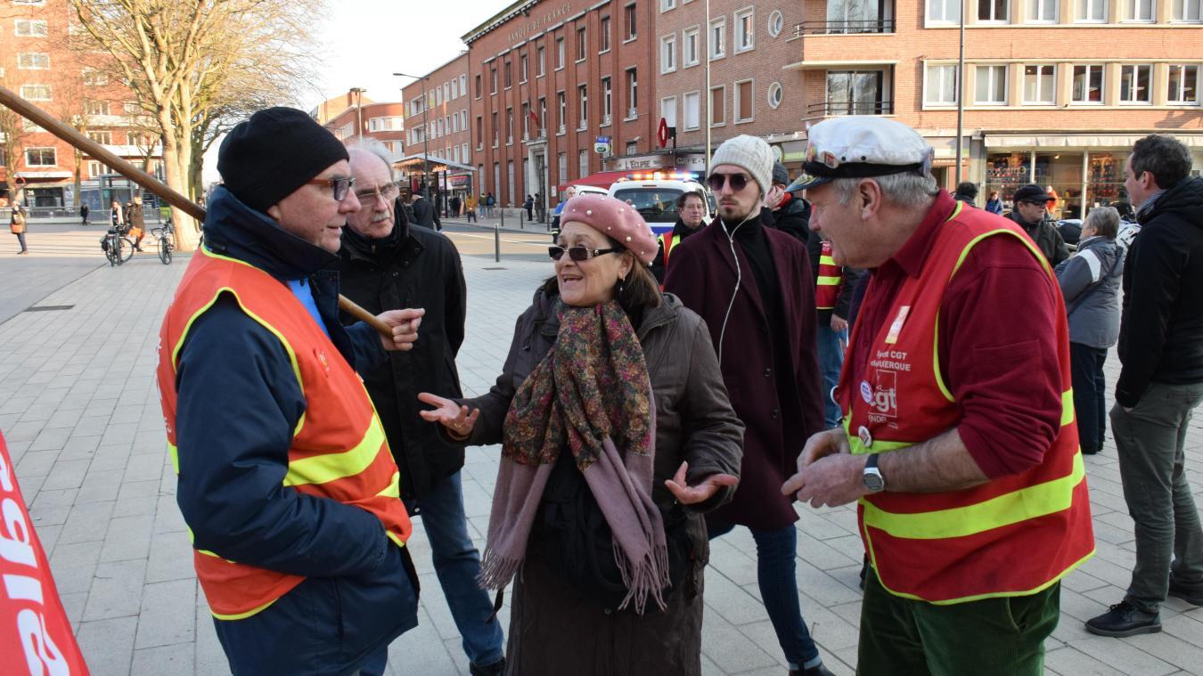 Manifestants et passants, en pleine discussion.