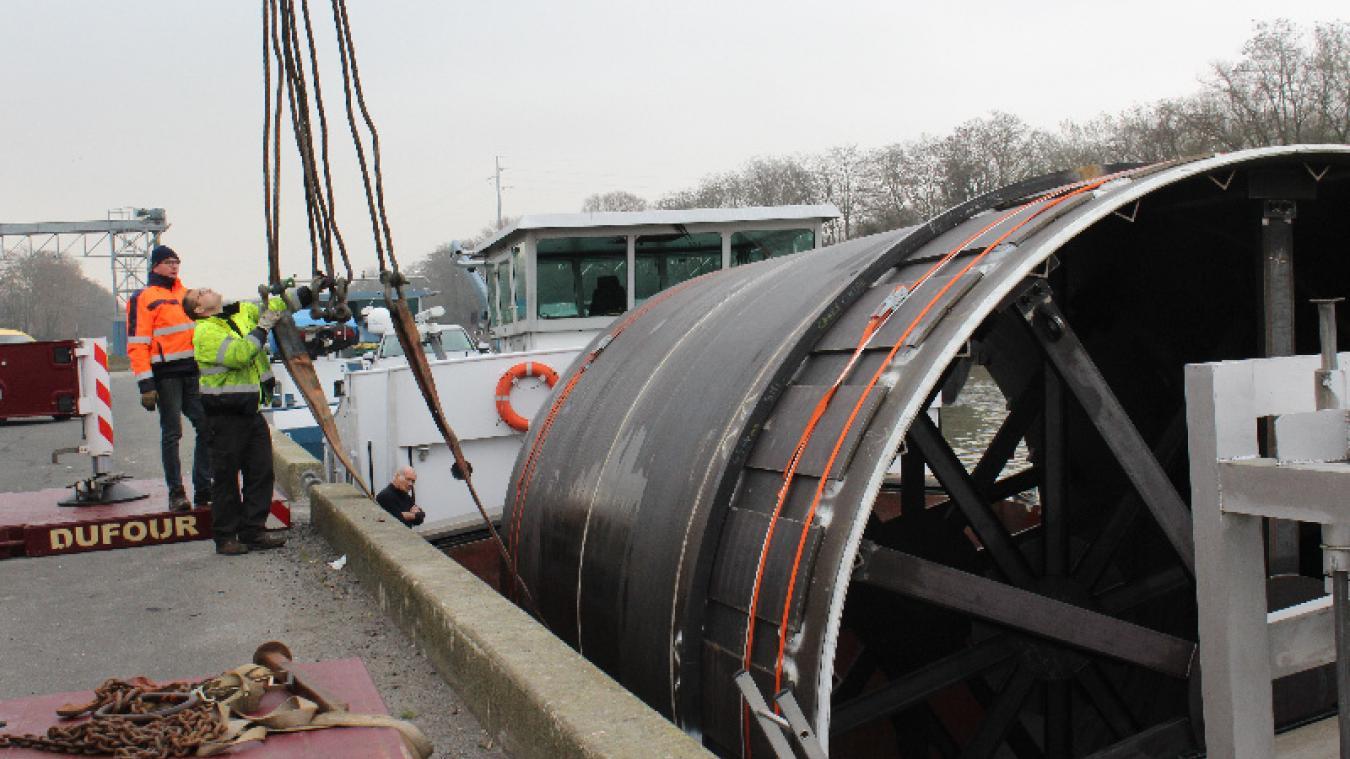 Le port d'Arques est aussi référencé sur l'itinéraire des réseaux routiers identifiés par les autorités pour le transport de colis exceptionnels de 120 tonnes.