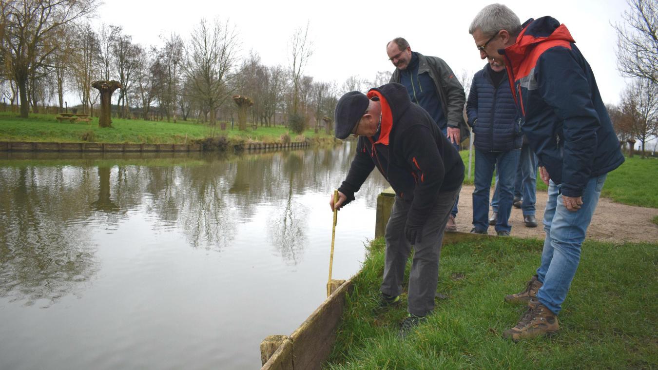 Le président de l'association de pêche mesure tous les jours le niveau d'eau. Il est plus que ravi de voir qu'il remonte un peu plus quotidiennement.