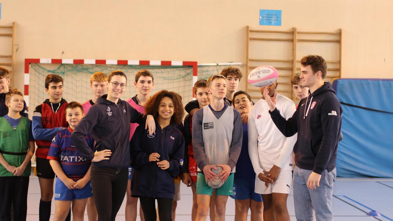 Cyrielle Duhamel (au centre), championne de France, et Jules Péchon (à droite avec le ballon) sont d'anciens élèves en section sportive au collège George-Sand. Ils parrainent les jeunes pousses du collège dans le cadre de l'opération JO Paris 2024.