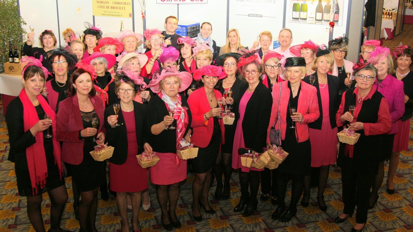 Toutes les membres sont vêtues de rose et noir et sont chapeautées