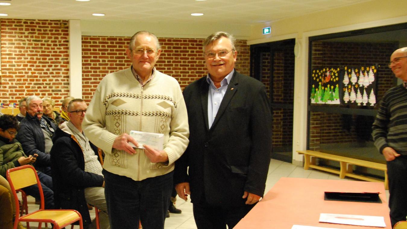 André Catoir, trésorier des Amis de Saint-Vaast, a remis un chèque de 2 500 euros à Jacques Hermant. Cet argent servira à financer le nettoyage de l'église.