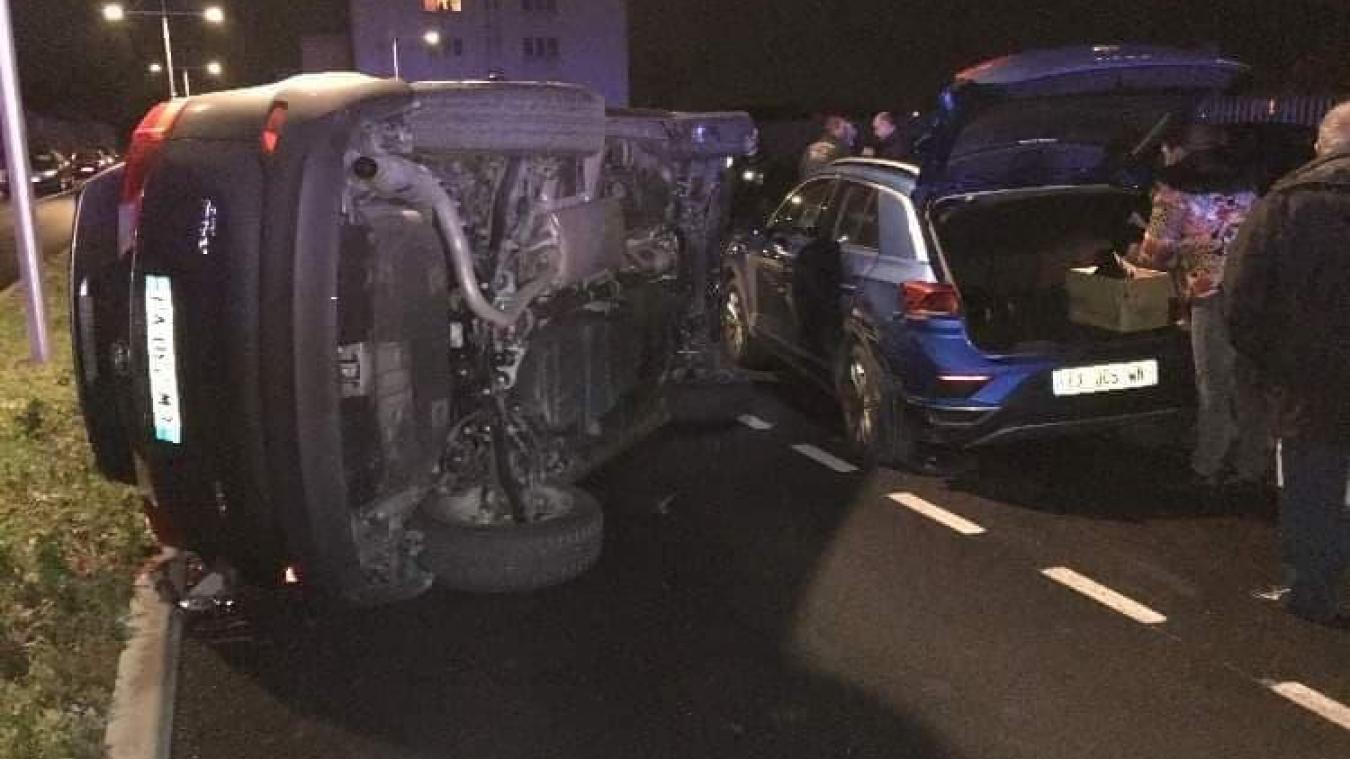 Le véhicule aurait percuté une voiture en stationnement ainsi qu'un poteau avant de se coucher sur le flanc.