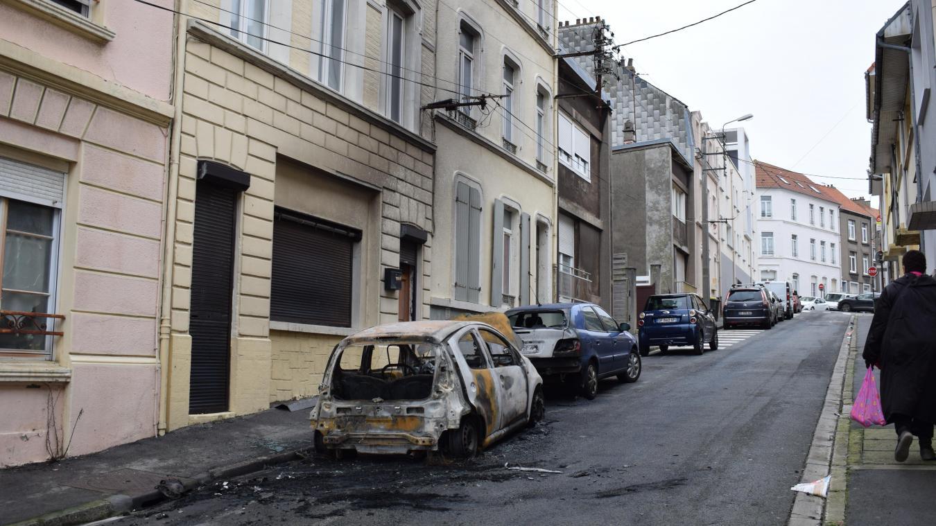 Trois voitures calcinées et une façade abîmée rue Jean-Jarrett, ce 9 février.