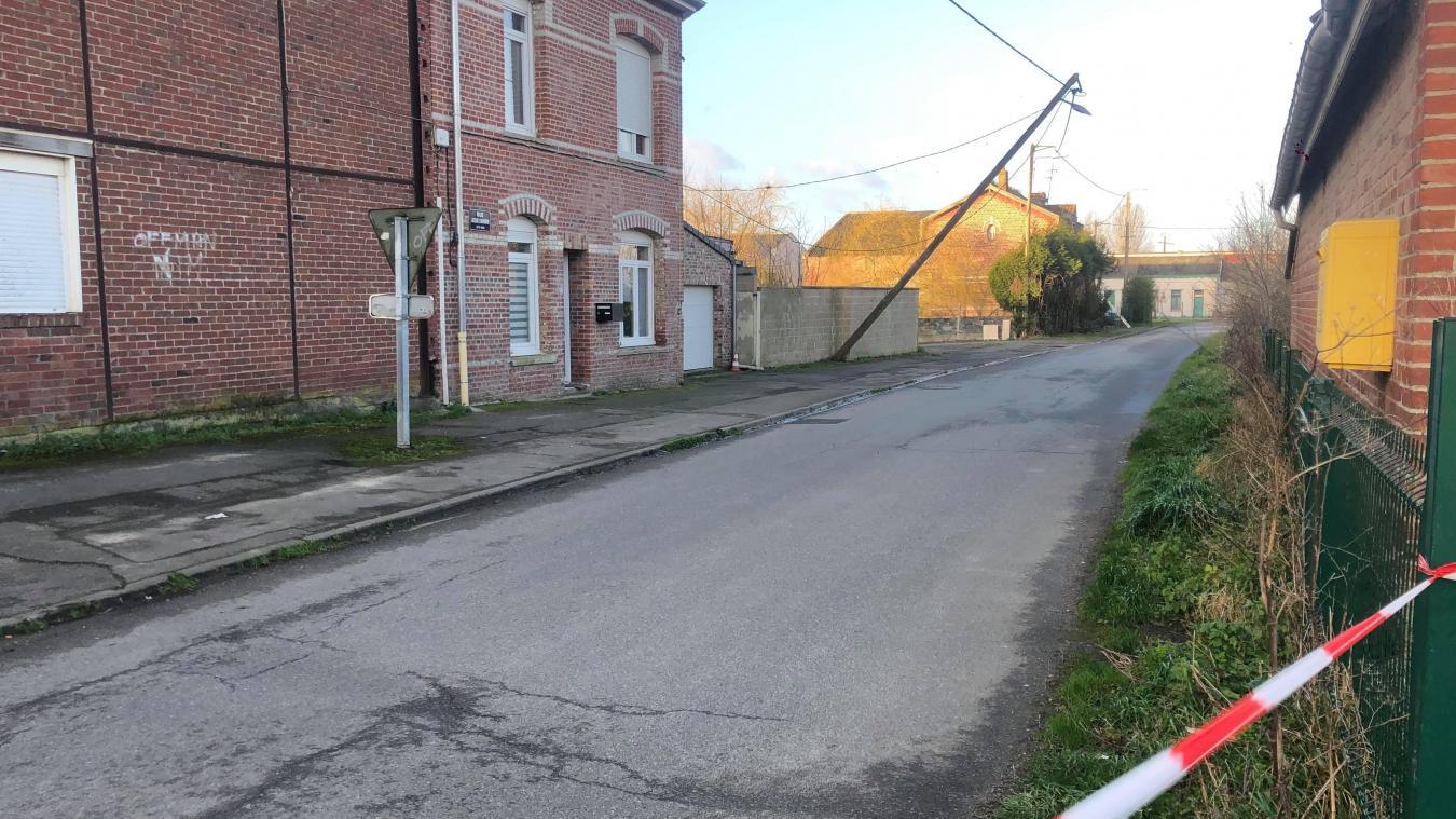 A Strazeele, un poteau électrique menace de s'effondrer rue Jacques-Dambrine.