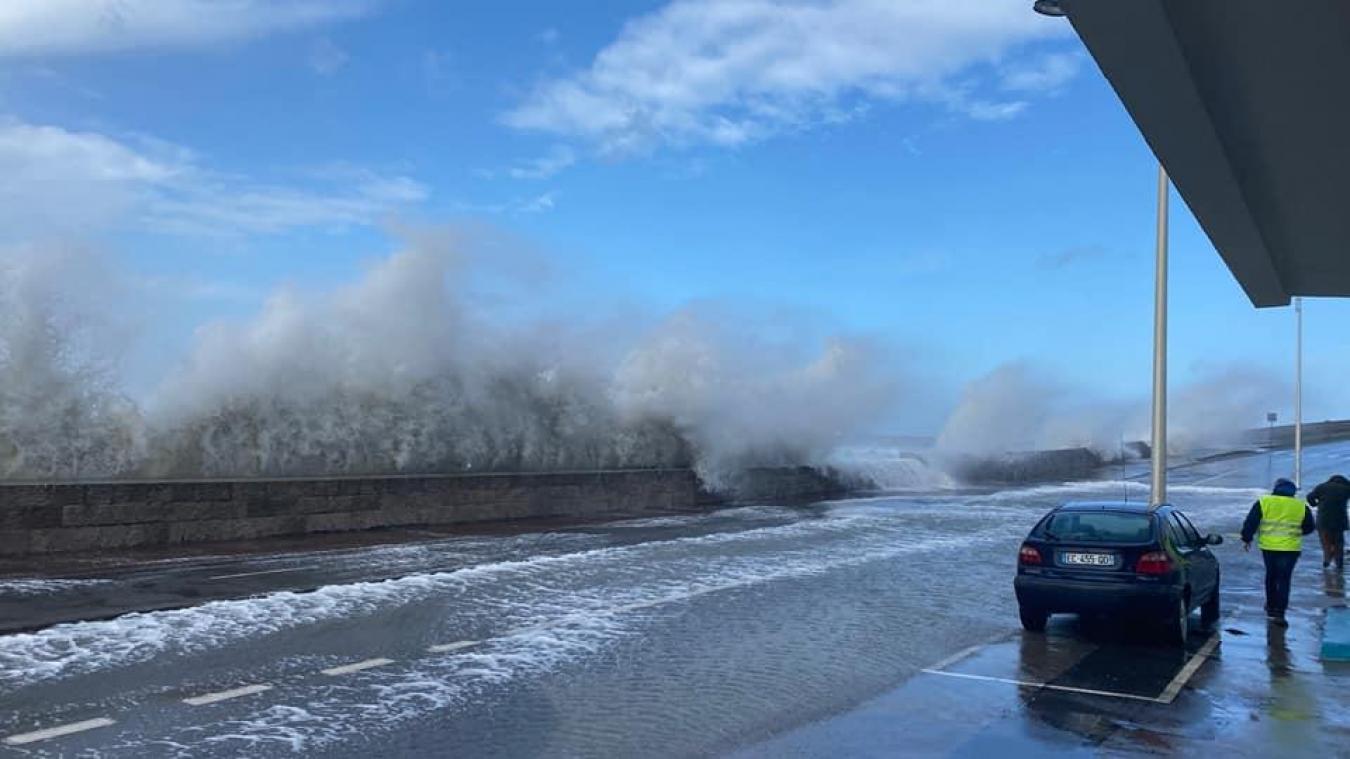 Les vagues sont en train de submerger la chaussée sur le boulevard Sainte-Beuve.