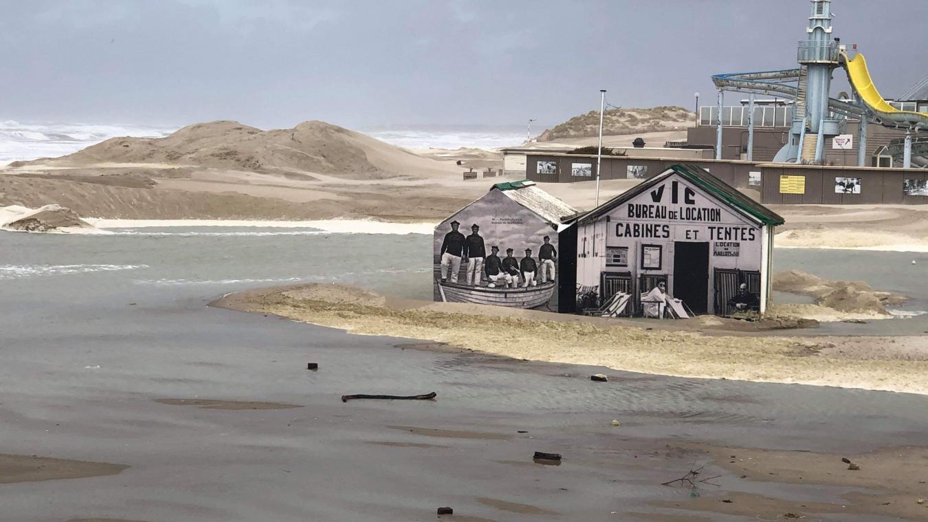Entre les vestiges de l'Enduropale et l'Aqualud, la cabane Vic, installée sur la plage du Touquet, tient tête aux coups de tabac imposés par la tempête Ciara.