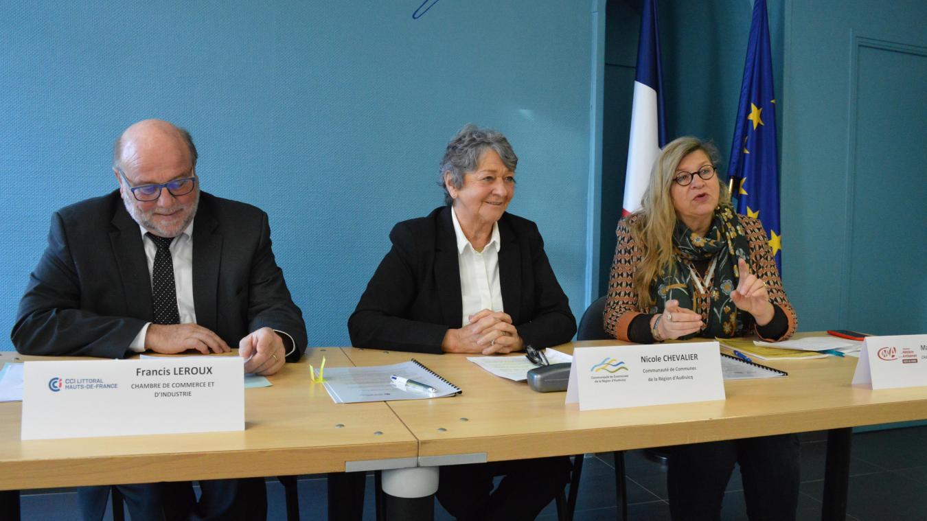 De gauche à droite : Francis Leroux (CCI), Nicole Chevalier (CCRA) et Marie-José Orlof (Chambre des métiers), lors de la signature de la convention vendredi à Audruicq.