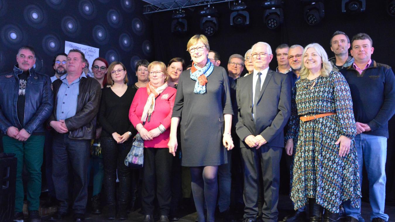 Nadine Denièle-Vampouille avec ses 18 colistiers, dont Pierre-Louis Lefebvre (à sa gauche), le premier adjoint sortant.