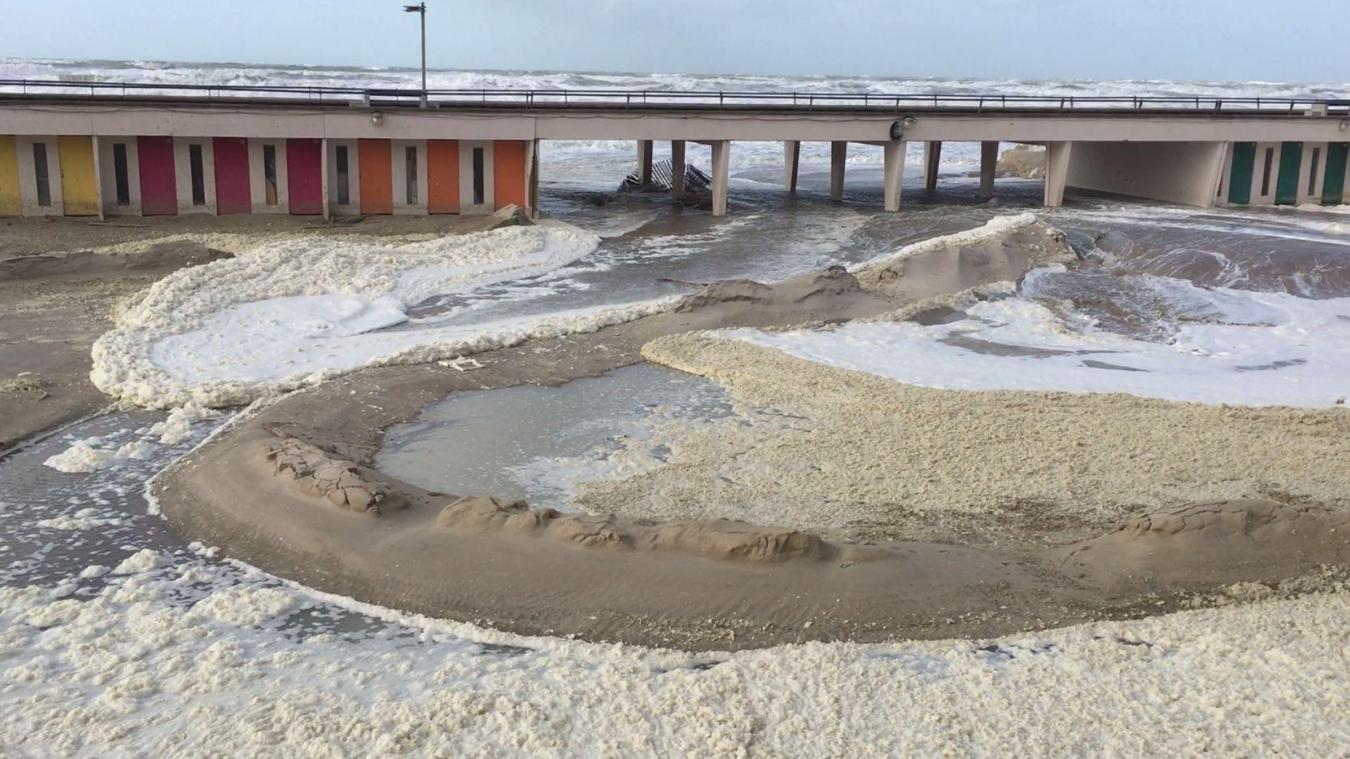 La mer a pénétré à l'intérieur des patios de la digue touquettoise, ce mardi 11 février, en début d'après-midi.