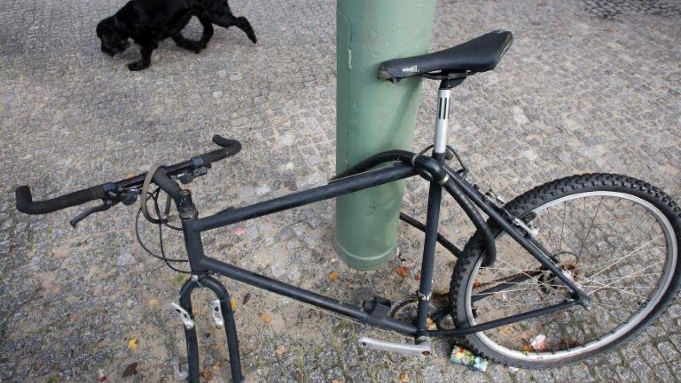 Après sa chute à vélo à Calais, il regarde d'abord si les deux filles ne l'ont pas vu tomber...