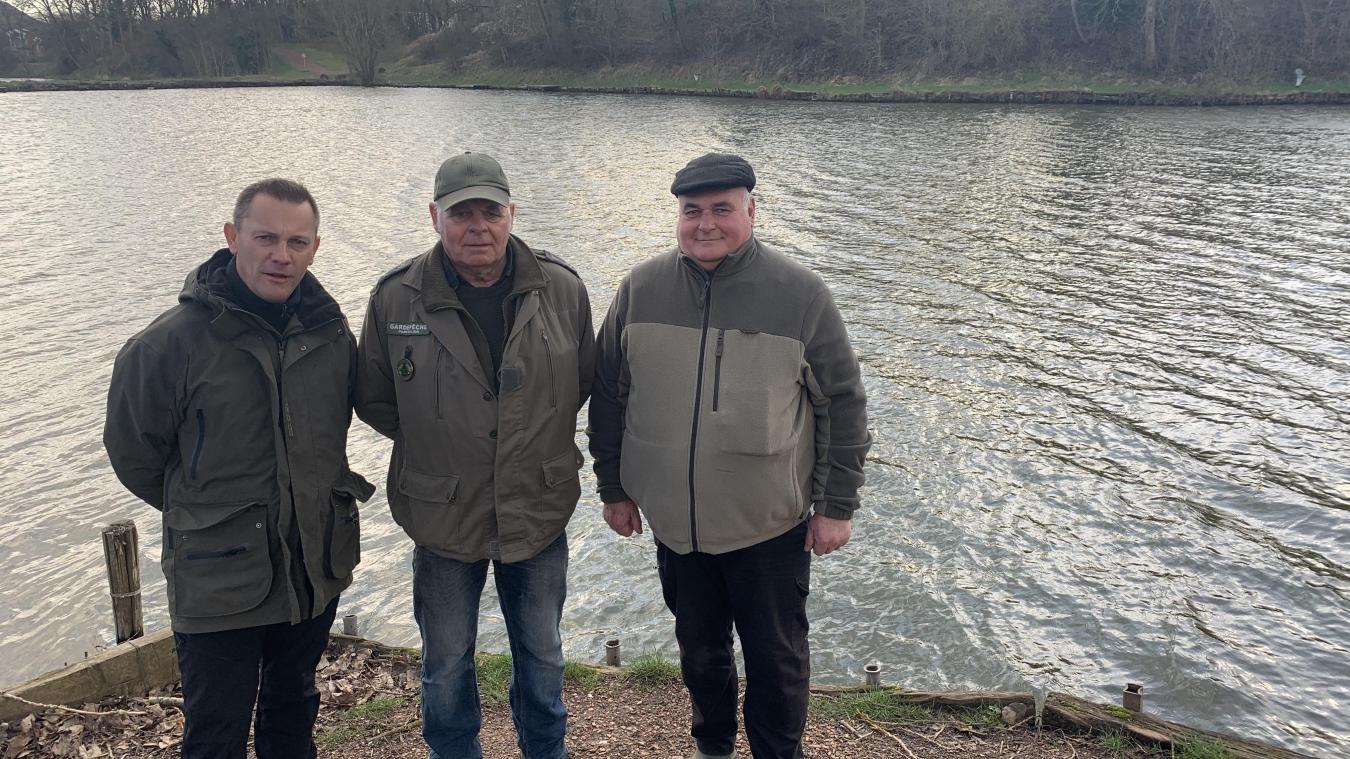 Le président Rutkowski (à gauche), ainsi que deux fidèles adhérents, Bernard et Johnny Podvin, posent devant les bassins qui s'étendent sur 8 km.