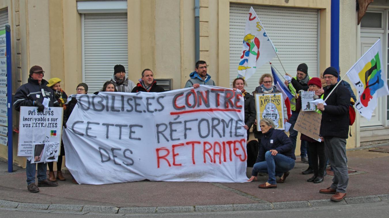Une vingtaine de personnes a interpellé la députée Brigitte Bourguignon, ce samedi 15 février matin, à Desvres.