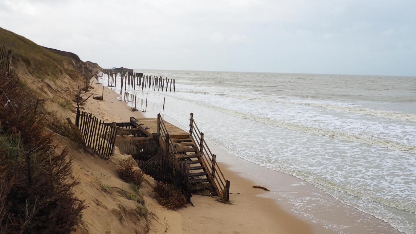 Les structures qui font la jonction entre la plage et la dune ont été durement touchées.