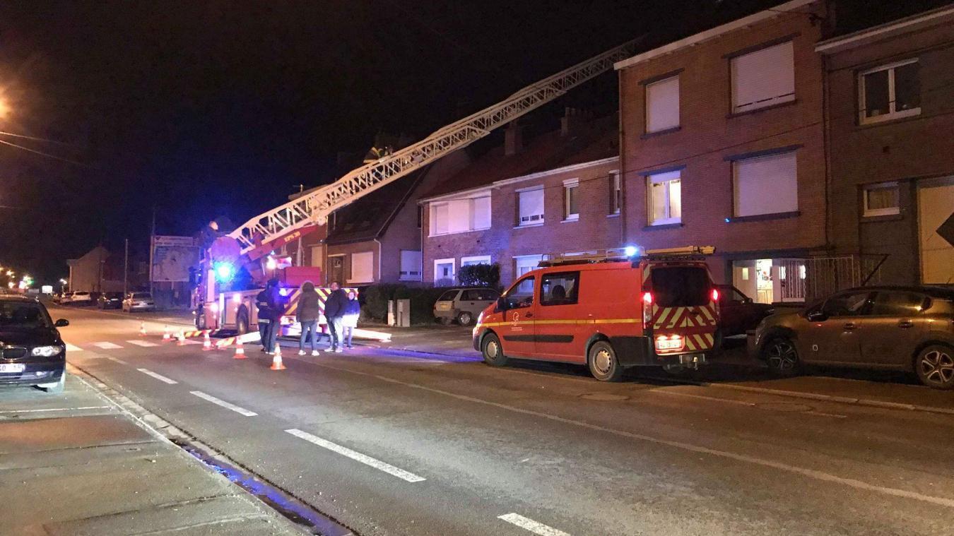 Les pompiers ont préféré couper les bouts de cheminée concernés pour éviter de prendre le moindre risque.