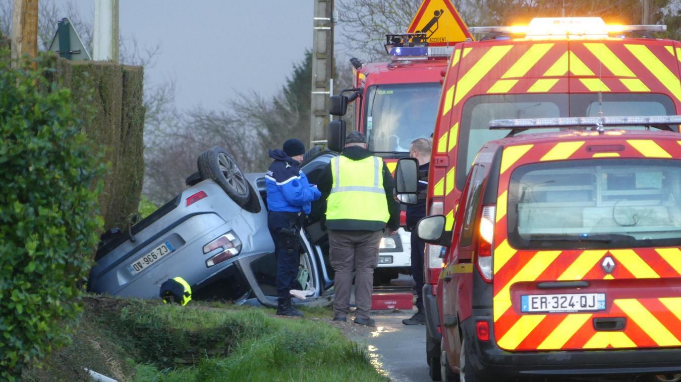 Les pompiers, sur place peu avant 10h, ont dû aider la conductrice à sortir du véhicule.