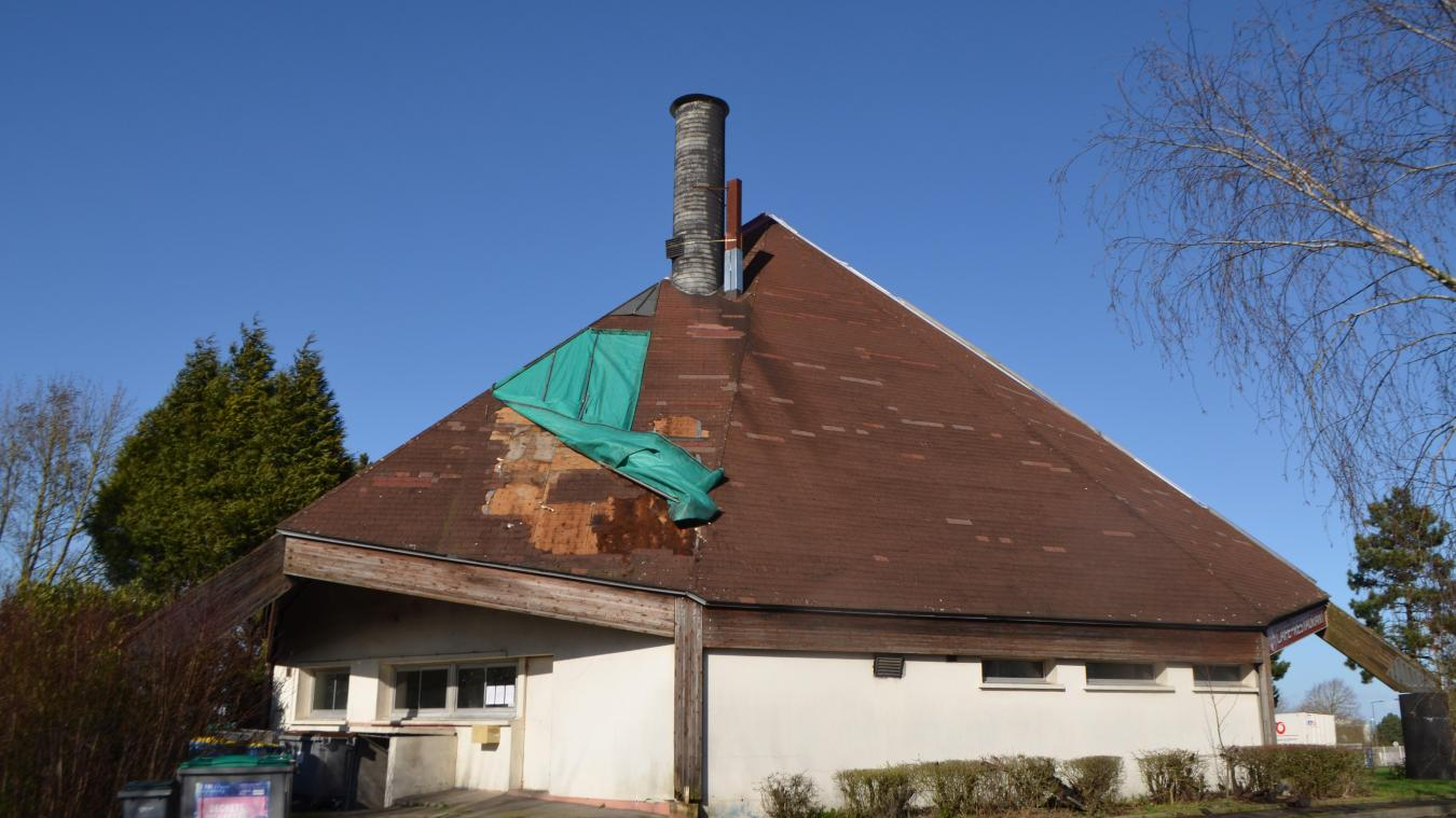 Lundi 17 février, avec deux week-ends de tempête, la bâche s'est arrachée et des tuiles sont tombées. Le bâtiment se dégrade toujours un peu plus.