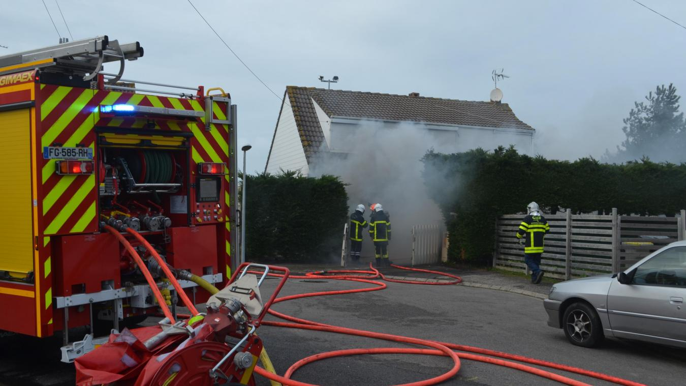 Une épaisse fumée noire se dégageait de la maison.