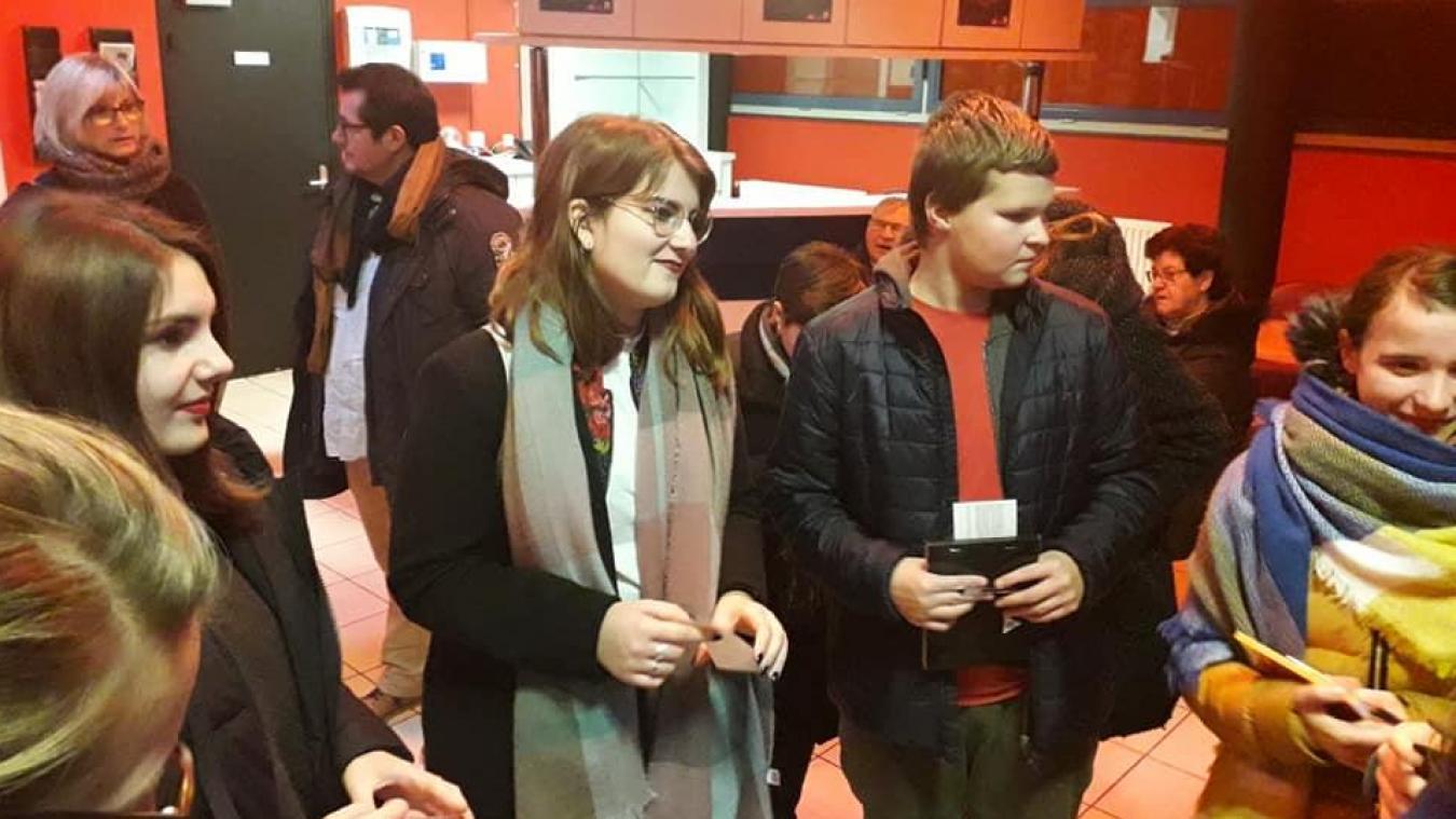 Les jeunes en visite dans un endroit culturel.