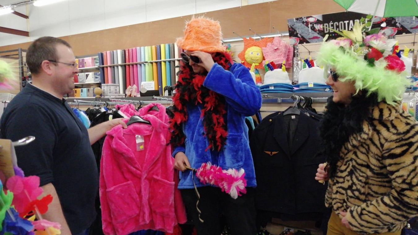 Tout comme les accessoires (chapeau, lunettes, boa, pépin), le fluo est un incontournable de la mode carnavalesque. Même si des courants comme le steampunk font une percée, les carnavaleux restent sur des valeurs sûres.