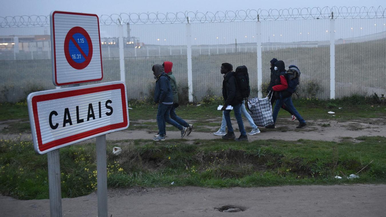 Comme de nombreux autres exilés rattrappés à Calais qui ont tenté de traverser la frontière pour l'Angleterre, Jawal est menacé d'être renvoyé en Afghanistan, son pays d'origine, où il est recherché par les talibans pour trahison.