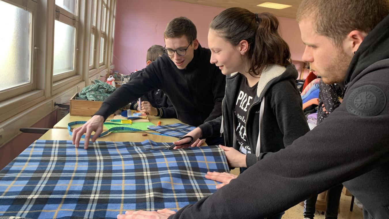 Les adolescents ont commencé par découper le tissu acheté dans un magasin spécialisé d'Aire-sur-la-Lys avant de s'installer aux machines à coudre.