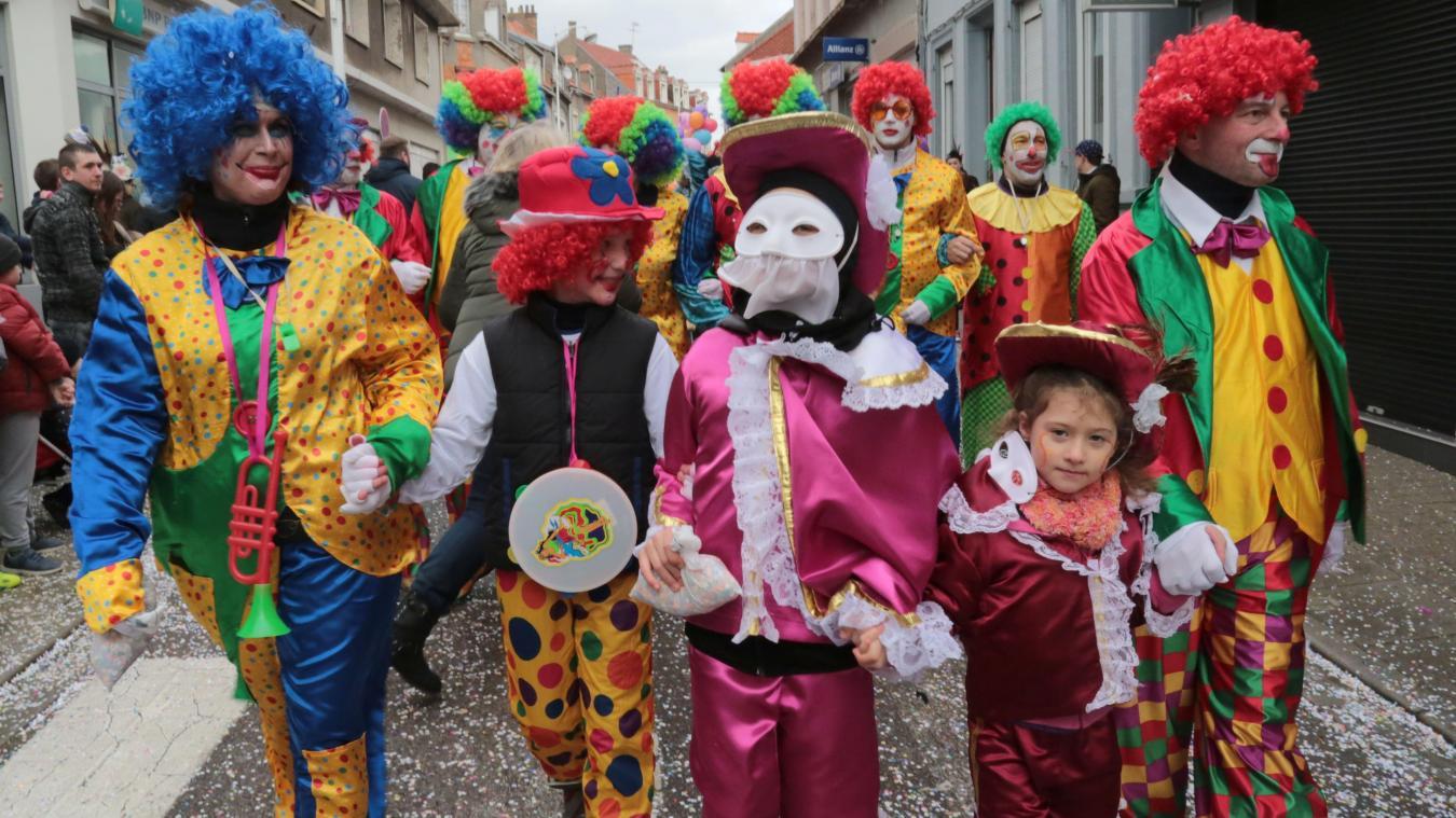 Si le costume traditionnel des carnavaleux portelois est le Domino, celui d'Équihen est le Mousquetaire ! Tenue de carnaval par excellence, on n'oublie pas le loup sur les yeux et sa dentelle pour garantir la plus grande discrétion et couvrir tout le visage  !