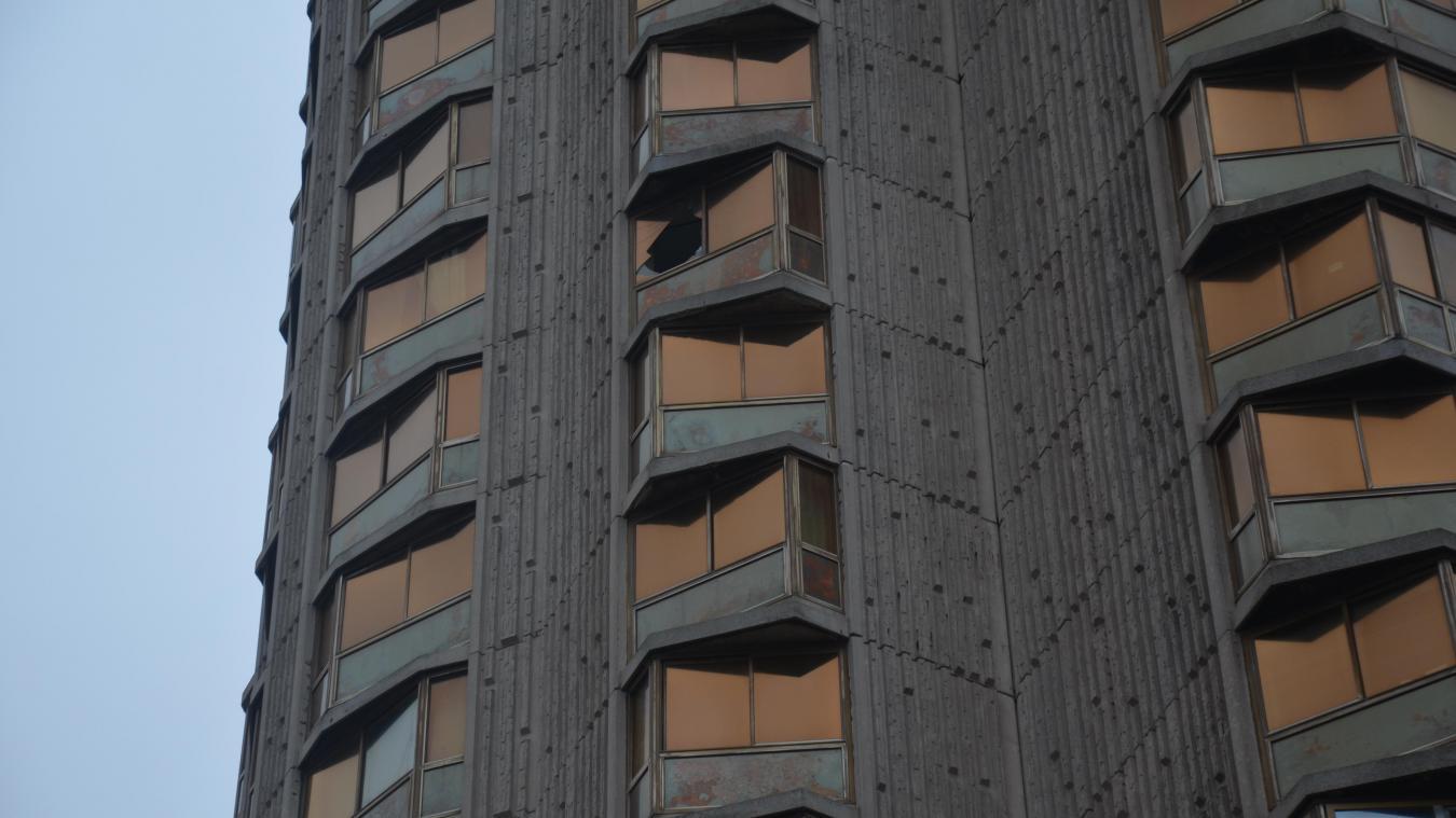 Une vitre du 14 e  étage a été soufflée par le vent.