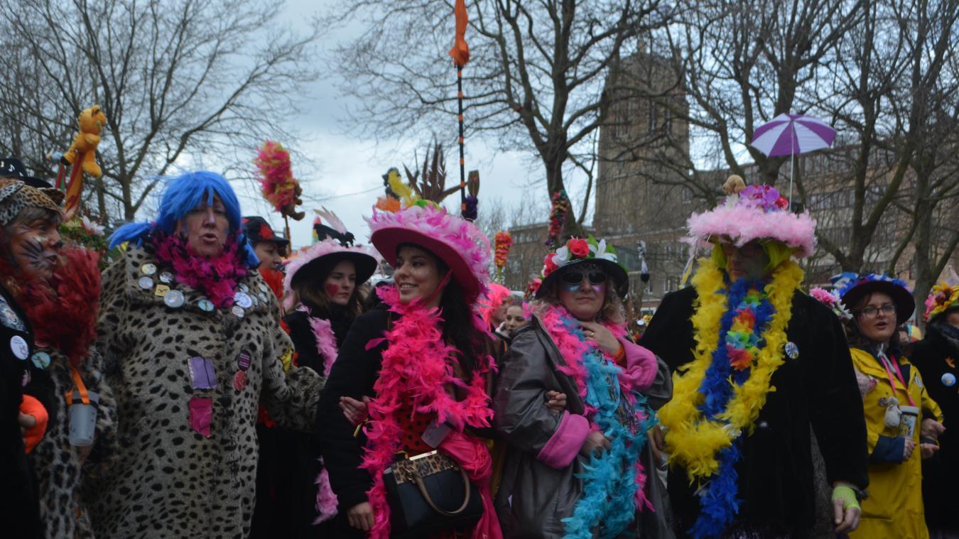 Avant le rigodon, les masquelours sont passés une première fois devant la place Jean-Bart.